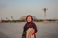 资深亚裔妇女旅客画象照片天安门广场的在北京市 免版税库存图片