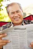 读资深亚裔的人户外 库存照片