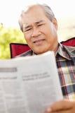 读资深亚裔的人户外 库存图片