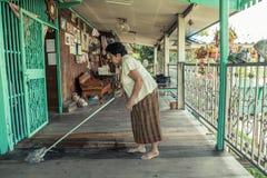 资深亚洲妇女清洁 免版税图库摄影