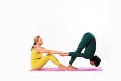 资深和少妇实践瑜伽 免版税库存照片
