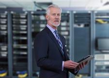 资深商人在网络服务系统室 免版税库存照片