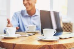 资深商人有任命在自助食堂 免版税库存图片