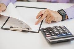 资深商人集中读书和检查合同 免版税库存照片