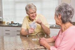资深在柜台的夫妇纸牌 免版税库存图片