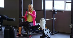 资深在锻炼4k以后的妇女饮用水 股票录像
