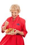 资深夫人Eating Healthy Salad 图库摄影