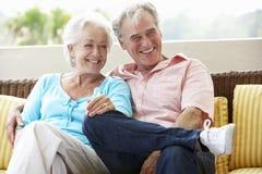 资深夫妇一起坐室外位子 免版税库存照片