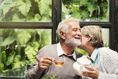 资深夫妇下午茶喝放松概念 库存照片