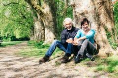 资深夫妇休息在公园的, Tuebingen 库存图片