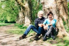 资深夫妇休息在公园的, Tuebingen 免版税库存图片