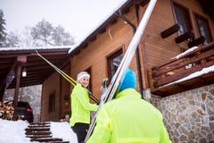 资深夫妇去的速度滑雪 免版税库存照片