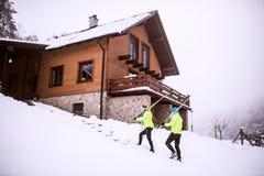 资深夫妇去的速度滑雪 库存照片