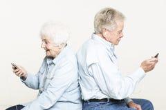 资深夫妇听到音乐 免版税库存照片