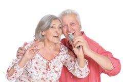 资深夫妇唱歌卡拉OK演唱 库存照片