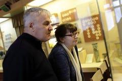 资深夫妇在博物馆 免版税库存照片