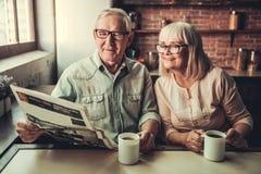 资深夫妇在厨房里 图库摄影