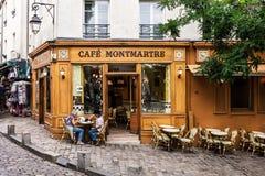 资深夫妇在咖啡馆蒙马特的桌上坐蒙马特 免版税库存图片