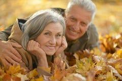 资深夫妇在秋天公园放松 免版税图库摄影