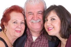 资深夫妇接近的画象和他们的父亲的Da女儿 免版税库存照片