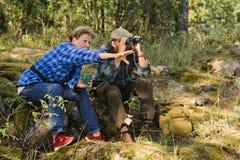 资深夫妇有断裂在森林 免版税库存图片