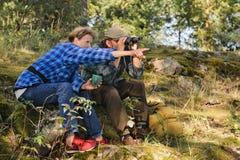 资深夫妇有断裂在森林 免版税库存照片