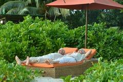 资深夫妇松弛近的旅馆手段 免版税库存图片