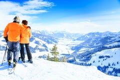 资深夫妇滑雪 免版税库存照片