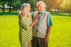 资深夫妇笑声  免版税库存图片