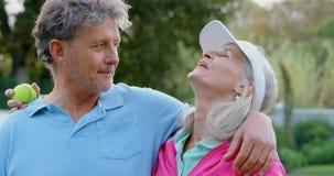 资深夫妇谈话在网球场4k 股票录像