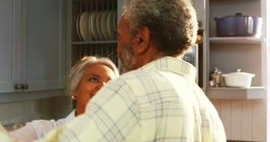 资深夫妇跳舞在厨房里 股票视频