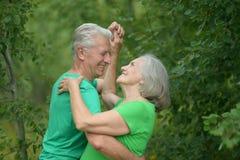 资深夫妇跳舞在森林里 免版税库存照片