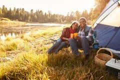 资深夫妇画象在秋天野营的 免版税图库摄影