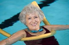 资深女子游泳 库存照片