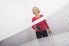 资深女性乒乓球球员笑 免版税库存照片
