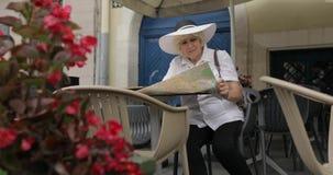 资深女性旅游探索的城市在咖啡馆的利沃夫州,乌克兰地图 股票视频