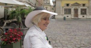 资深女性游人使某人穿过城市利沃夫州,乌克兰跟随她 股票录像