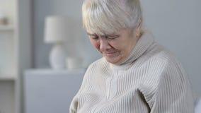 资深女性看的脑子X-射线和哭泣,遭受的肿瘤方面的疾病 股票录像