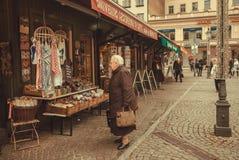 资深妇女买的纪念品在与手工制造商店的市场上 库存照片