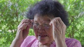 资深妇女佩带的镜片 股票录像