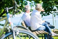 资深妇女和人休息自行车旅行的 库存图片