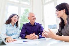资深妇女和人退休财政规划的 免版税库存照片