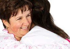 资深妇女和护士拥抱 免版税图库摄影