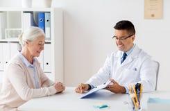 资深妇女和医生会议在医院 免版税库存图片