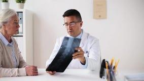 资深妇女和医生有X-射线的在医院 股票录像