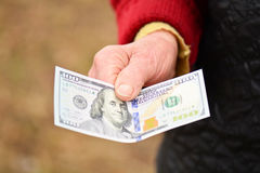 资深妇女在她的手上拿着金钱 金钱在老妇人手上 库存图片