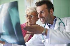 资深妇女在医生的办公室 免版税图库摄影