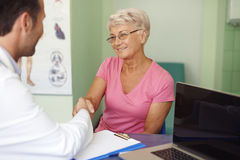 资深妇女在医生的办公室 免版税库存照片