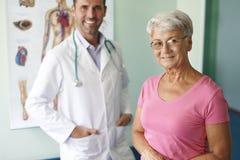 资深妇女在医生的办公室 免版税库存图片