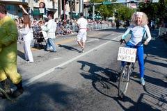 资深妇女姿势当穿着或行为古怪的人迈阿密游行的埃伯拉护士 免版税库存图片